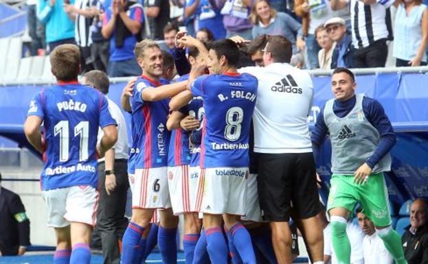 Los futbolistas celebran el tercer tanto obra de Rocha tras un lanzamiento de falta que acabó en la escuadra.