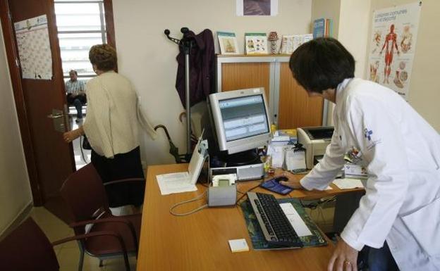 Una mujer abandona la consulta de su médico en el centro de salud de Montevil, en Gijón.