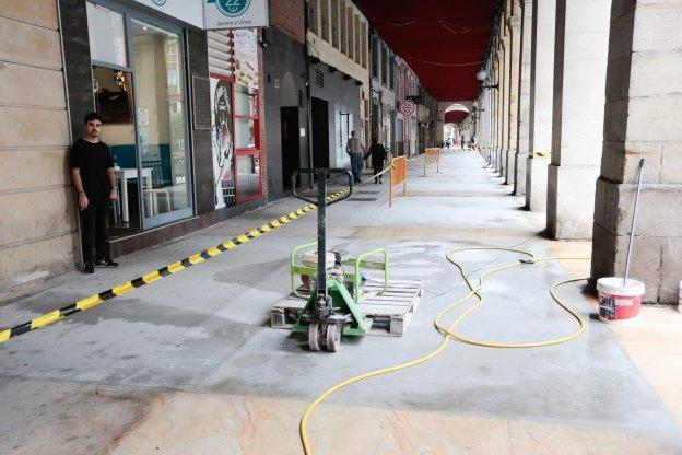 OHL está acometiendo remates en los soportales donde está instalando la nueva iluminación led y limpiando la piedra.