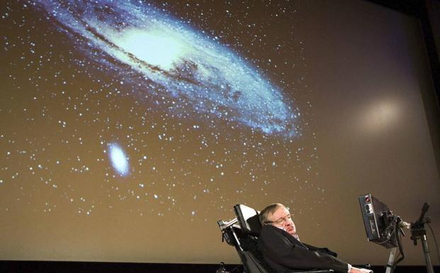 Stephen Hawking durante un discurso sobre la creación del universo en Suiza.
