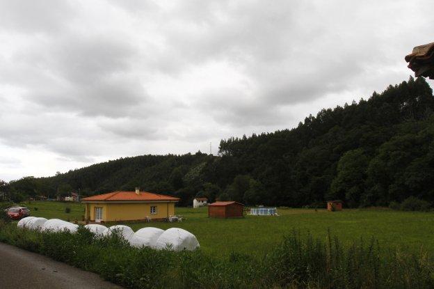 La perrera se ubicaría en la zona de monte, tras las casas.