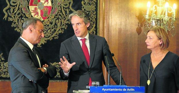 El consejero de Infraestructuras, Fernando Lastra, el ministro Íñigo de la Serna, y la alcaldesa avilesina, Mariví Monteserín.