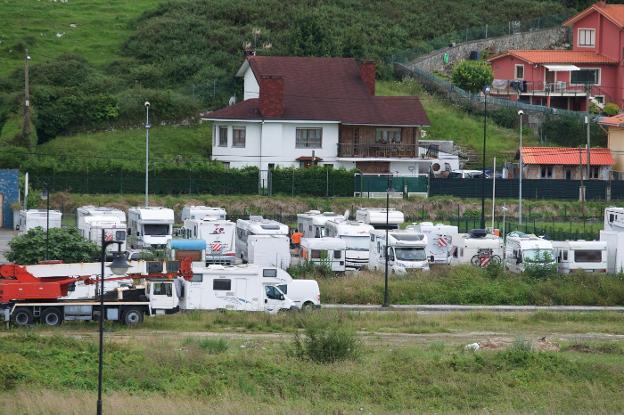 Decenas de autocaravanas estacionadas en el área de La Talá, en la villa de Llanes.