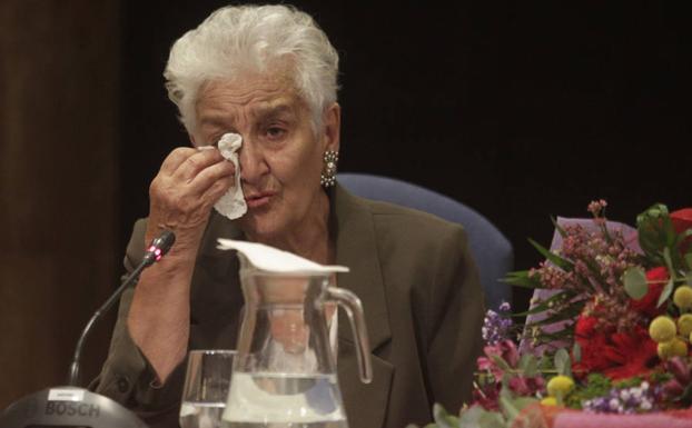 Hilda Farfante, emocionada al recoger el galardón.