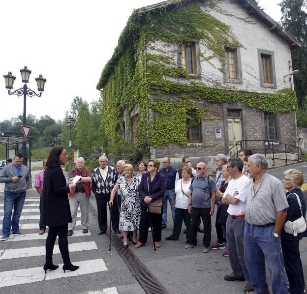 Vecinos de La Manjoya protestando ante el consultorio. / M. ROJAS