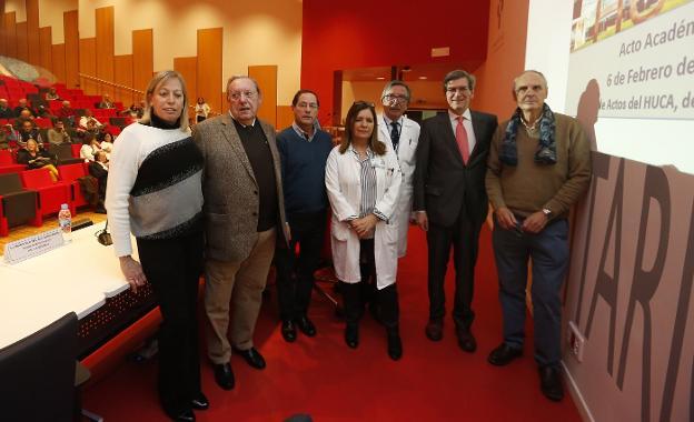 Ignacio González-Pinto, segundo por la derecha, junto a Lino Vázquez, jefe de Cirugía del HUCA y Dolores Escudero, coordinadora de Trasplantes, y varios trasplantados de hígado. /  PABLO LORENZANA