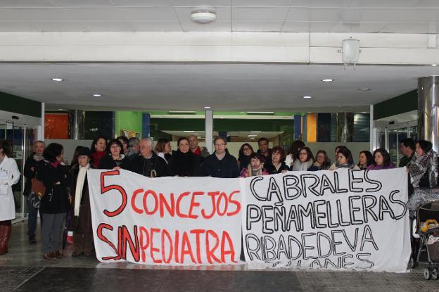Familias afectadas, profesionales sanitarios, miembros de la plataforma de usuarios y políticos a las puertas del hospital del Oriente. / G. P.