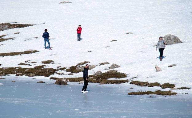 Tres visitantes de los Lagos de Covadonga, multados por caminar sobre el hielo