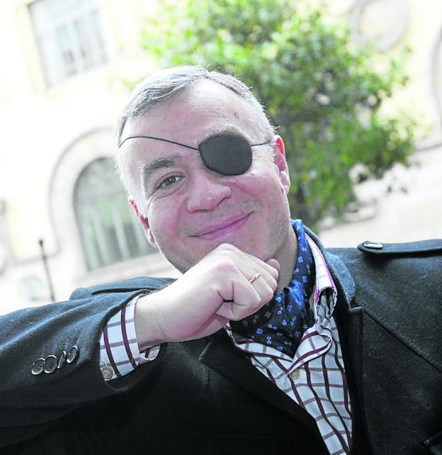 El escritor José Javier Esparza, en Gijón. /  JOSÉ SIMAL