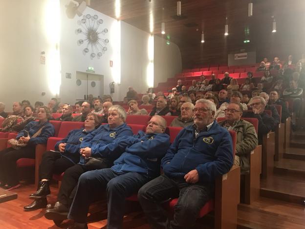 Autocaravanistas durante la asamblea de ayer en Laviana. /  M. V.