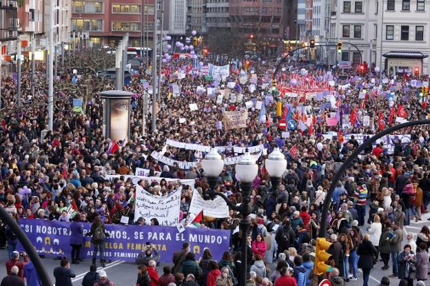La manifestación de Gijón, justo antes de su salida de la plaza del Humedal. / DAMIÁN ARIENZA