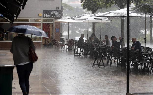 Intensa tormenta de verano en Oviedo./EFE