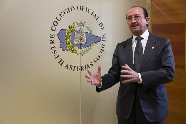 Alejandro Braña, a la entrada de la sede del Colegio Oficial de Médicos en Oviedo. / DANIEL MORA