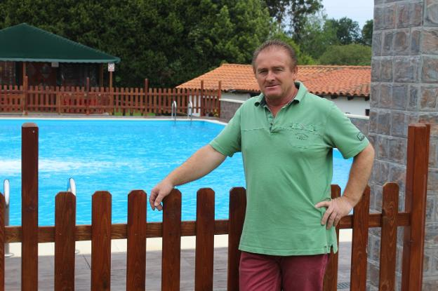 Villar, junto a la piscina recién reformada del camping. /  A. G.-O.