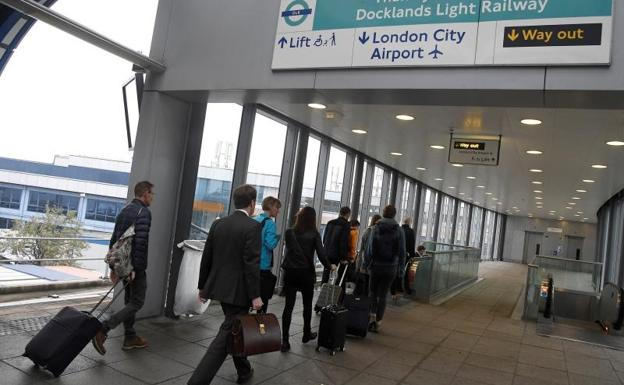 Pasajeros abandonan el London City Airport./Reuters