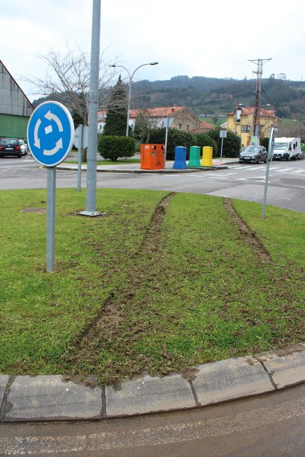Un conductor arranca la \'V\' de la rotonda de entrada a Villaviciosa ...