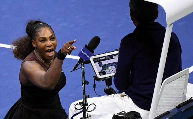 Serena Williams reclama al árbitro en la final del Abierto de Estados Unidos. /Reuters