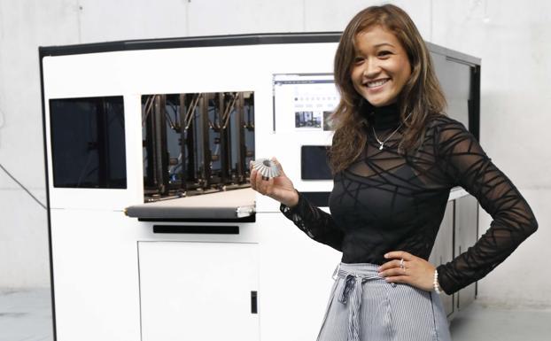 7c39e6338 Mariel Díaz sostiene una de las 10.000 piezas de metal que la impresora  Amcell