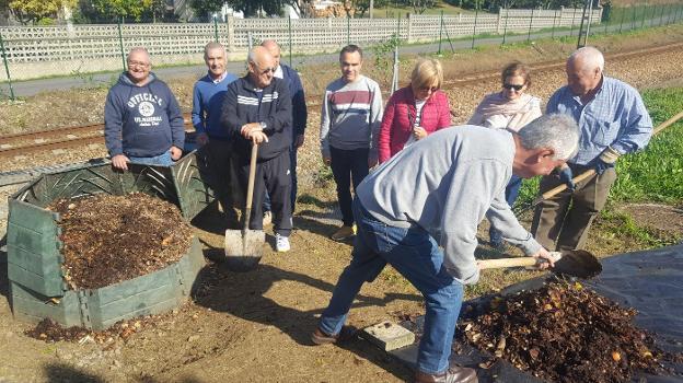 Los vecinos del edificio Topacio almacenan el compost para el abono de sus plantas. / MARIETA