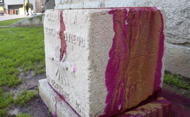 El monolito, ayer, pintado de rojo, en la plaza del Fresno. / A. PIÑA