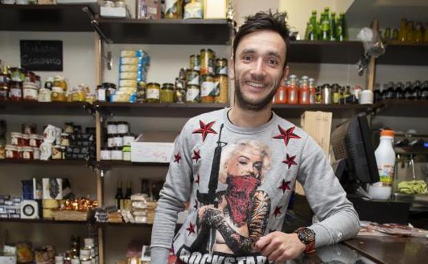 Juan Pablo Corte, en su tienda de la calle Langreo./Daniel Mora