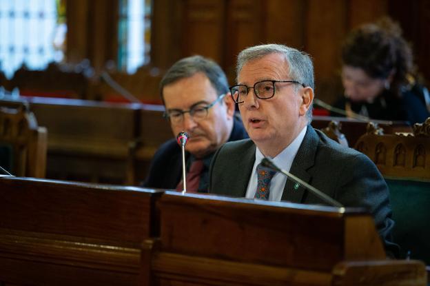 El consejero de Sanidad, Francisco del Busto, comparece en la comisión de la Junta General. / DANIEL MORA