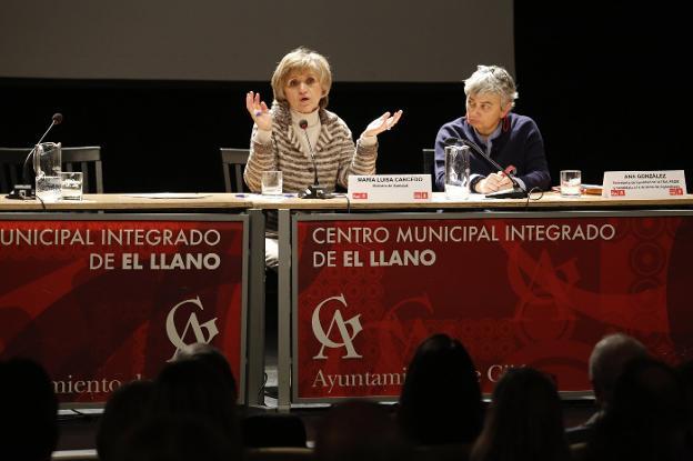 La ministra de Sanidad, María Luisa Carcedo, cerró la jornada sobre los 'logros, retos y oportunidades' de la sanidad asturiana. / JORGE PETEIRO
