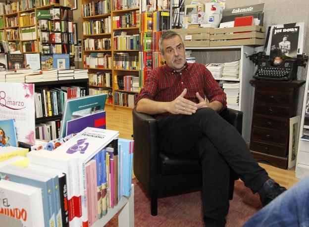 Rafael Gutiérrez, en su librería, La Buena Letra. /  JOAQUÍN PAÑEDA