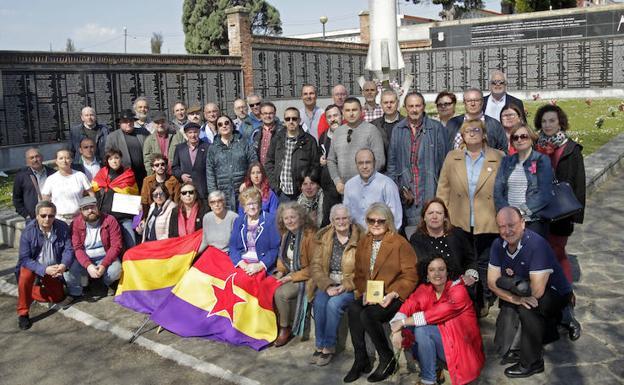 Representantes de las asociaciones memorialistas asturianas y familiares de las víctimas, reunidos en la fosa común del cementerio ovetense de San Salvador.
