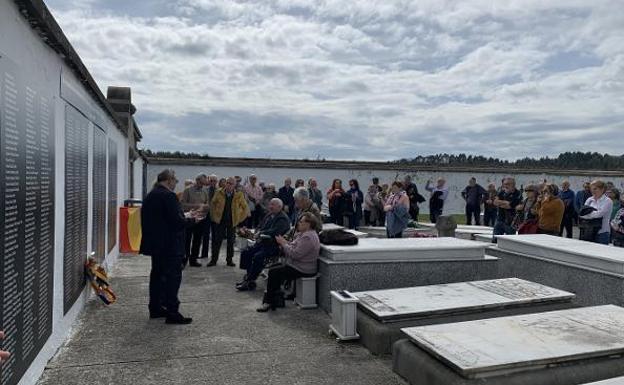 Numerosas personas rindieron ayer un homenaje a los 612 fallecidos durante la represión franquista en la comarca. / OMAR ANTUÑA