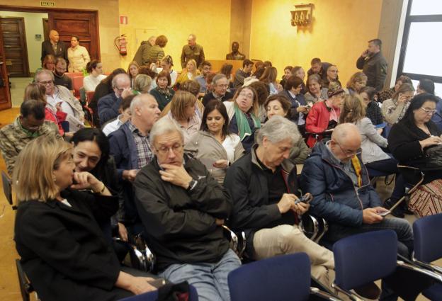 Médicos que cesarán hoy en sus puestos tras el concurso de traslados, en la reunión a la que fueron convocados en el Sespa para adjudicarles nuevos destinos. / MARIO ROJAS