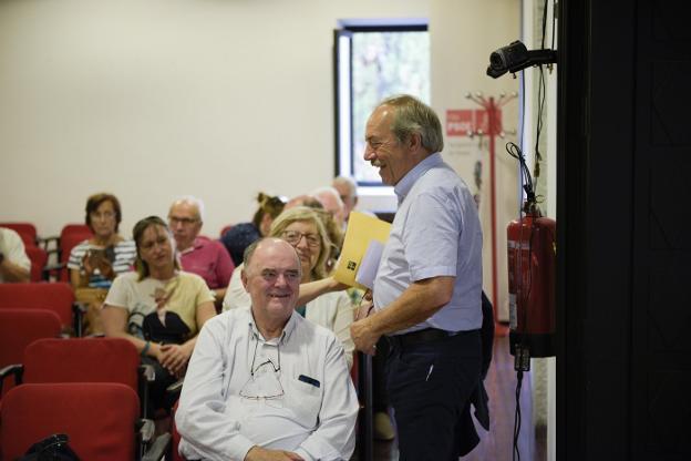 Los dos exalcaldes socialistas de la ciudad, Antonio Masip y Wenceslao López, se saludan al inicio de la asamblea ordinaria de gestión de la AMSO ayer tarde. / HUGO ÁLVAREZ