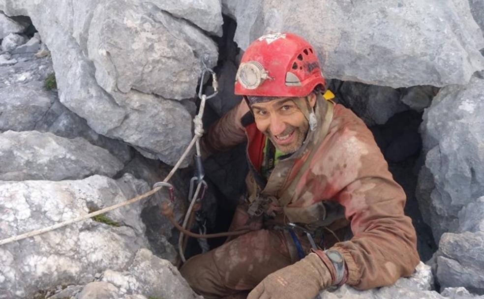 El bombero Carlos Flores a su salida de la sima el jueves. /fotos: 17 picos 17 simas