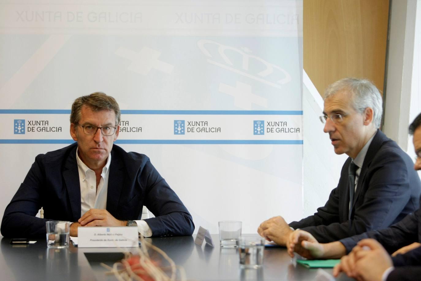 El presidente de la Xunta, Alberto Núñez Feijóo, acompañado del conselleiro de Economía, Empleo e Industria, Francisco Conde, durante la reunión que han mantenido con el comité de empresa de la planta de Alcoa de A Coruña/EFE
