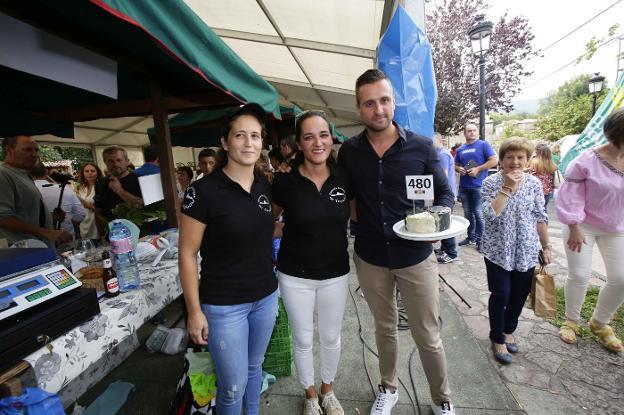 Vanessa Pumares y Andrea Fernández, de la quesería Arangas, con Iván Suárez, del Llagar de Colloto./