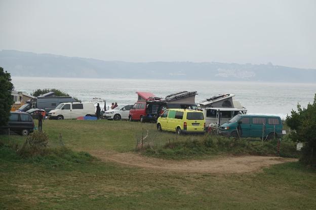 Furgonetas y autocaravanas pueblan durante el verano el entorno de la playa de Vega. / FOTOS: XUAN CUETO