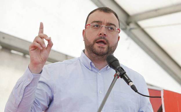 Adrián Barbón mostró su preocupación porla situación de los 11 trabajadores de Vesuvius. /Arnaldo García