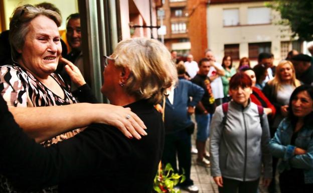 Cerca de un centenar de personas obliga a paralizar el primer desahucio en La Camocha