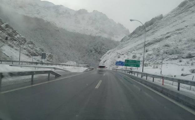 Nieve en la autopista del Huerna.