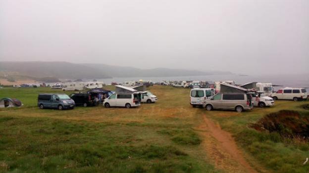 Decenas de autocaravanas estacionadas junto a la playa de Verdicio. /  P. G.-P.