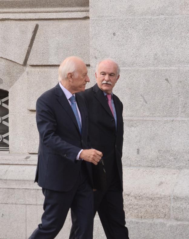 Fernando Menéndez Rexach, a la derecha, junto a su abogado, Agustín Azparren. / IÑAKI MARTÍNEZ