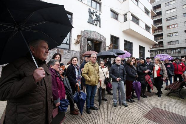 Los miembros de la Plataforma por la Salud y la Sanidad Pública en Asturias se concentraron ante la sede del Sespa en Oviedo. / ÁLEX PIÑA