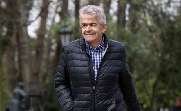Belarmino Fernández camina por el parque de San Francisco, en Oviedo. / ÁLEX PIÑA