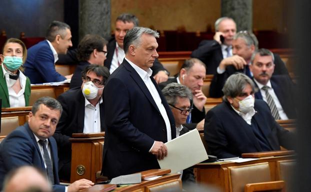 Viktor Orban, primer ministro húngaro, en el centro de la imagen