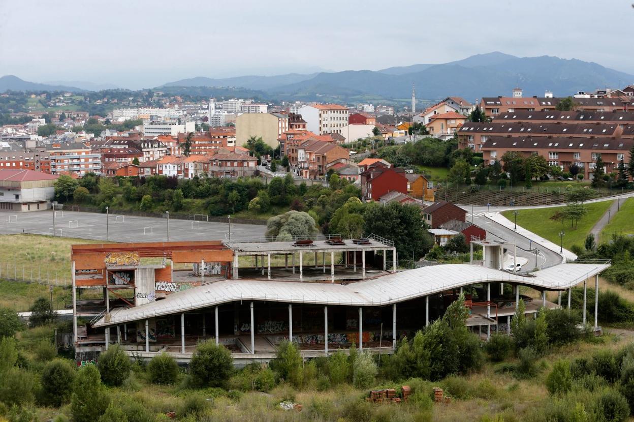 El esqueleto de hormigón y ladrillo del fallido spa de Ciudad Naranco. Fotografía de El Comercio.