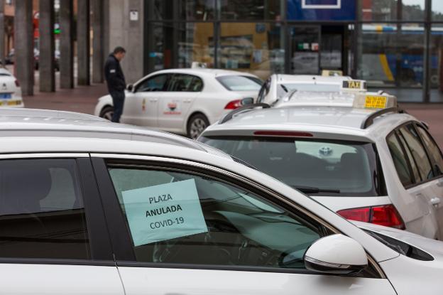Taxis en la parada de las estaciones de autobús y tren en la avenida de Los Telares. / OMAR ANTUÑA