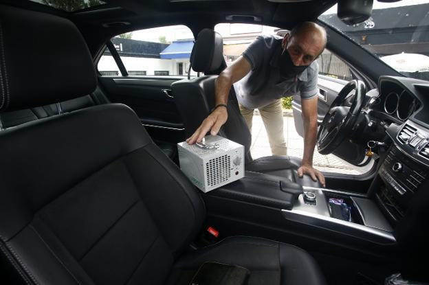 José Antonio Suárez, higienizando su vehículo con ozono en la central de la calle Otero. / PABLO LORENZANA