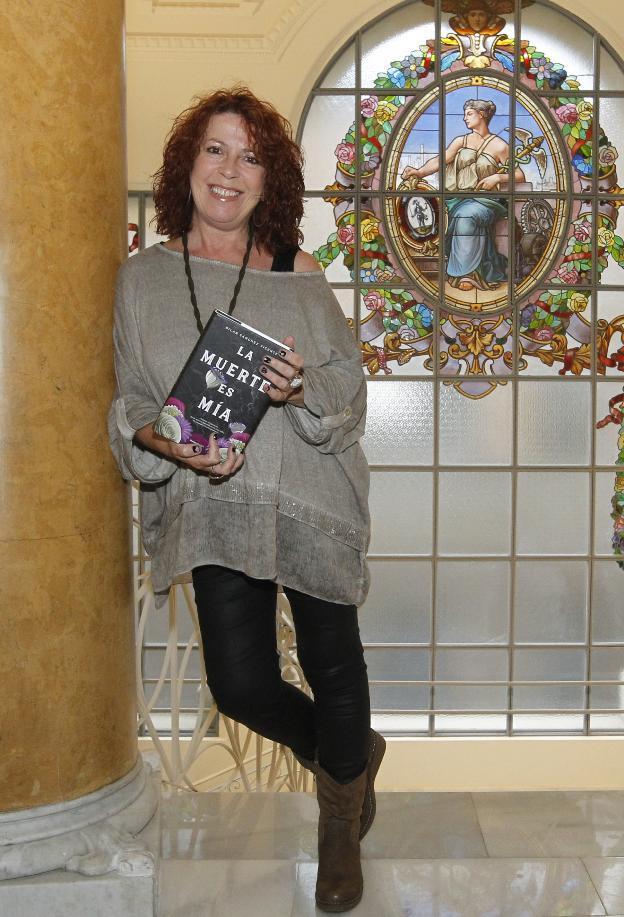 Pilar Sánchez Vicente, con su nuevo libro. / JOAQUÍN PAÑEDA