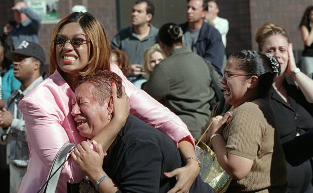 Dos mujeres se abrazan durante los atentados del 11-S en Nueva York.
