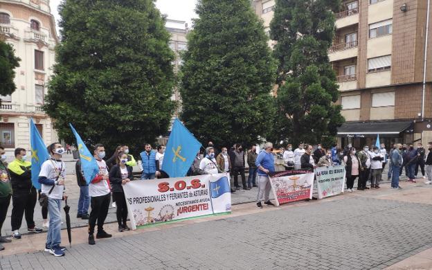 Los feriantes asturianos concentrados, ayer delante del Ayuntamiento de Langreo. / M. VARELA